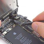 کانکتور صفحه نمایش آیفون 6 تعمیری را از گوشه درب پشت باز کنید.