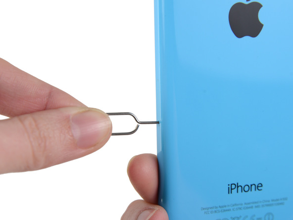 سوزن باز کننده شیار سیم کارت آیفون 5C تعمیری را در مجرایی که روی لبه سمت راست قاب این گوشی تعبیه شده فرو ببرید .