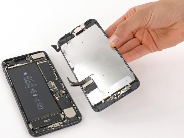حالا میتوانید پنل روی آیفون 7 پلاس تعمیری را به صورت کامل از پنل زیرین گوشی جدا کنید.