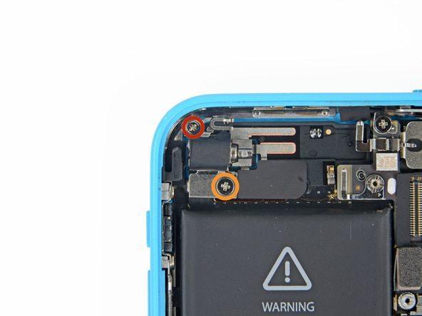 دو پیچ 1.5 میلیمتری براکت لنز دوربین اصلی آیفون 5C را با پیچ گوشتی فیلیپس #000 باز کنید. این دو پیچ در عکس با رنگ قرمز مشخص شدهاند.
