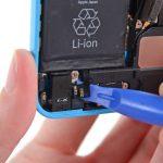 نکته: در حین جداسازی سیم سوکت دکمه هوم آیفون 5 سی از روی محفظه اسپیکر گوشی مراقب باشید که آسیبی به این سیم وارد نشود.