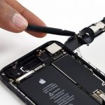 نوک اسپاتول را زیر کانکتور بخش سنسور های آیفون 7 تعمیری قرار دهید مثل حالت های قبل این کانکتور را هم از روی برد جدا کنید.