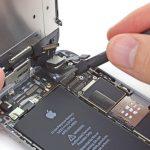 نکته: در برخی شرایط دیده شده که بعد از تعمیر آیفون 6 روشن کردن آن، صفحه نمایش گوشی خطوط سفید رنگ و عجیبی را نشان میدهد. در این شرایط احتمالا کانکتور صفحه نمایش آیفون تعمیر شده از سوکتش خارج شده است. برای رفع این مشکل باید کانکتور را بار دیگر روی سوکتش نصب کنید و سپس گوشی را ریستارت نمایید. بهترین روش ریستارت گوشی در این شرایط خارج کردن باتری و نصب مجدد آن است.