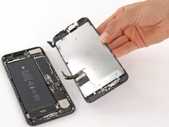حالا میتوانید پنل روی گوشی را کاملا از پنل زیر آن جدا کنید و سایر مراحل مورد نیاز را با خیال راحت برای تعویض باتری آیفون 7 پلاس انجام دهید.