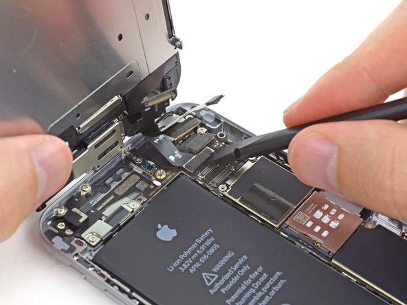 کانکتور دیجیتایزر یا تاچ آیفون 6 تعمیری را از روی برد گوشی جدا کنید.
