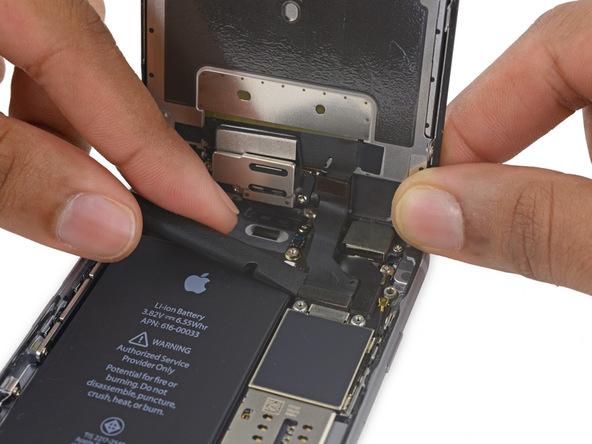 لبه پهن اسپاتول یا قاب باز کن پلاستیکی را در گوشه سما چپ کانکتور دوربین سلفی آیفون 6 اس تعمیری قرار داده.