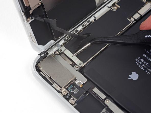 با نوک پنس براکت کانکتور سنسورهای جلوی آیفون 8+ تعمیری را از گوشه آن جدا کنید.