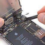 نکته (مخصوص بستن گوشی): در حین جا زدن کانکتور دیجیتایزر آیفون 6 تعمیر شده به هیچ وجه به وصل آن فشار وارد نکنید. بدین منظور کانکتور دیجیتایزر را روی سوکتش قرار داده و خیلی آرام به لبه سمت راست آن فشار ملایمی اعمال کنید. سپس همین کار را بر روی لبه سمت چپ کانکتور هم تکرار نمایید تا کاملا روی برد آیفون 6 تعمیر شده نصب شود.