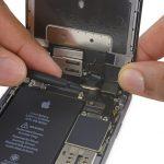 کانکتور دوربین سلفی آیفون 6 اس تعمیری را به سمت بالا هول دهید تا از روی برد گوشی جدا شود.