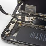 سیم سنسورهای جلوی آیفون ایکس (iPhone X) تعمیری را با نوک پنس گرفته و خیلی آرام آن را از روی برد گوشی بلند کنید. این سیم با چسب های خاصی روی پنل پشت گوشی محکم شده است. بعد از اینکه سیم مذکور را از روی برد جدا کردید، آن را به سمت چپ بکشید تا کاملا آزاد شود.