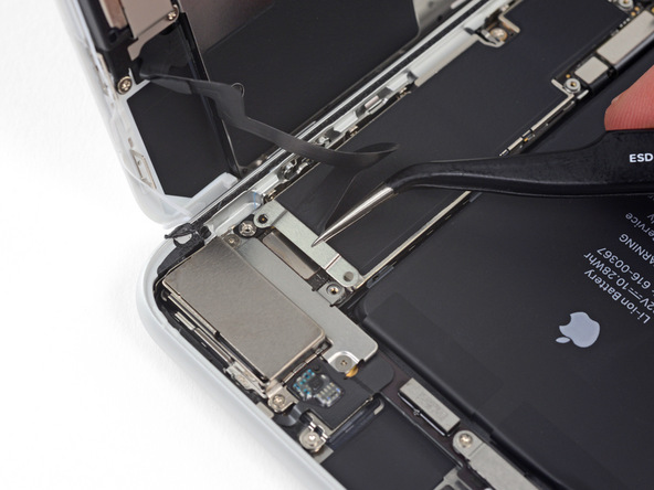 با نوک پنس براکت کانکتور سنسورهای جلوی آیفون 8 پلاس تعمیری را از گوشه آن جدا کنید.