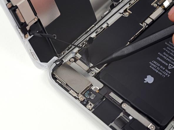 به آرامی با نوک اسپاتول کانکتور سنسورهای جلوی آیفون 8 پلاس تعمیری را از روی برد گوشی باز کنید.