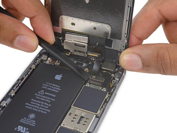 کانکتور کابل دیجیتایزر آیفون 6 اس تعمیری که در بالای کانکتور دوربین سلفی این گوشی واقع شده را هم دقیقا مثل مرحله قبل از روی برد جدا کنید.
