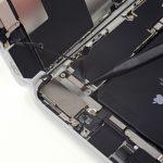 با نوک اسپاتول خیلی آَرام کانکتور سنسورهای جلوی آیفون 8+ تعمیری را از روی برد گوشی باز کنید.