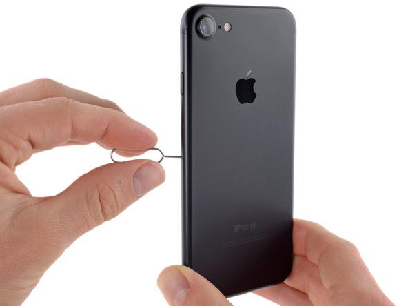 با استفاده از سوزن مخصوصی که برای باز کردن شیار سیم کارت آیفون 7 ارائه شده، متعلقات این بخش از گوشی را کاملا خارج کنید.