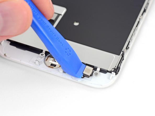 نوک قاب باز کن پلاستیکی را در گوشه سمت چپ کانکتور دکمه هوم آیفون قرار دهید.