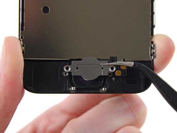 با نوک پنس براکت دکمه هوم و کنتکت آن را گرفته و از درب جلوی آیفون 5C جدا نمایید.