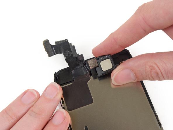 اسپیکر مکالمه آیفون 5 سی (iPhone 5c) را از قاب جلوی گوشی بردارید.