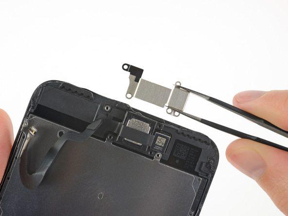 براکت اسپیکر مکالمه آیفون 7 پلاس تعمیری را از روی پشتی پشت بردارید.