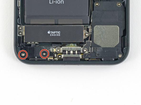 دو پیچ 1.9 میلیمتری دریچه هوا (بارومتریک ونت) آیفون 7 را از روی پنل زیرین دستگاه باز کنید.