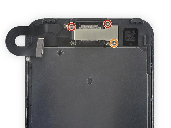 با استفاده از پیچ گوشتی فیلیپس دو پیچ 2.6 میلیمتری و یک پیچ 1.7 میلیمتری براکت اسپیکر مکالمه آیفون 7 که در عکس نمایش داده شدهاند را باز کنید.