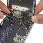 نکته: بعد از تعویض فلت آنتن آیفون 6 اس و زمانی که میخواهید کانکتور کابل دیجیتایزر را مجددا روی برد نصب کنید، به هیچ وجه به وسط این کانکتور فشار اعمال ننمایید. برای جا زدن این کانکتور باید آن را روی سوکتش قرار داده و به یک سمت کانکتور فشار اعمال کنید. سپس این کار را برای سمت دیگر کانکتور م تکرار کنید تا کاملا روی برد آیفون 6 اس تعمیر شده نصب شود.