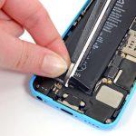 چسب نگهدارنده باتری آیفون 5 سی از دو رشته تشکیل شده است. این دو رشته در لبه باتری به هم متصل میشوند. با یک قیچی یا تیغ وسط لبه این دو رشته را مثل عکس برش دهید تا از هم جدا شوند.