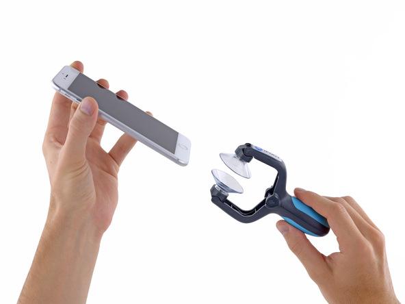 اگر در وسط قاب کش یک بخش پلاستیکی برای قرار دادن لبه آیفون روی آن قرار دارد، این بخش را از ابزار نام برده شده جدا کنید.