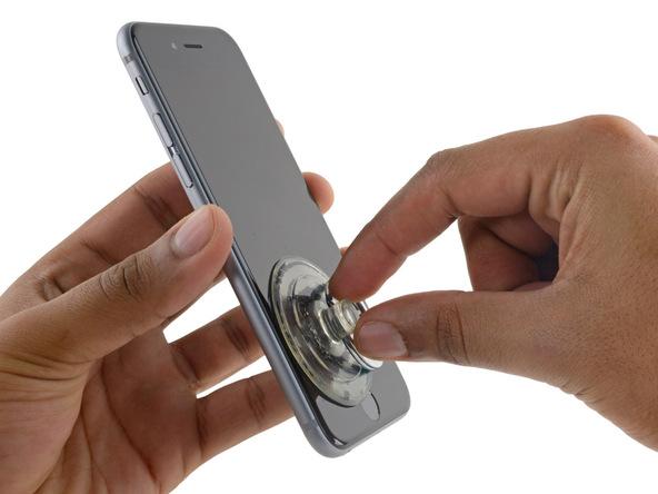 • ساکشن کاپ را مثل عکس به گونهای روی صفحه نمایش آیفون 6 اس تعمیری نصب کنید که بیشتر متمایل به لبه زیرین و سمت چپ گوشی باشد.