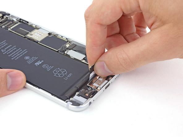 لبه اولین چسب نگهدارنده باتری آیفون 6 پلاس را با انگشت گرفته و به آرام آن را با زاویه 50 درجه به سمت عقب (لبه زیرین قاب) بکشید. نیروی کششی را یکنواخت نگه دارید و کشیدن چسب را تا جایی ادامه دهید که احساس کنید مقاومت چسب در حال افزایش است. به محض حس کردن این موضوع، کشیدن چسب را متوقف سازید.