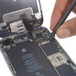 لبه پهن اسپاتول را در زیر لبه سمت راست کانکتور صفحه نمایش آیفون 6 اس تعمیری قرار داده.