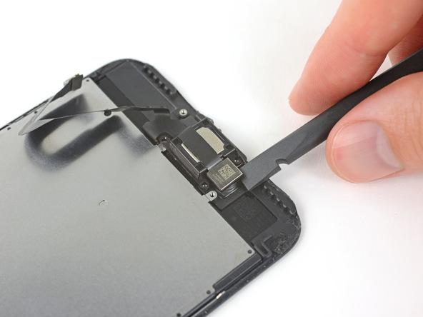 نوک اسپاتول را زیر لنز دوربین سلفی آیفون 7 پلاس در پنل رو قرار دهید و به آرامی آن را از جایگاه خود بلند کنید. دقت کنید که به لنز دوربین آسیبی نزنید.