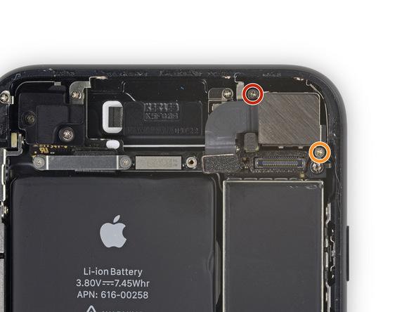 پیچ قرمز رنگ 1.3 میلیمتری و پیچ نارنجی رنگ 2.5 میلیمتری براکت دوربین اصلی آیفون 7 تعمیری را باز کنید.