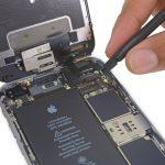 کانکتور صفحه نمایش آیفون 6 اس تعمیری را هم با استفاده از اسپاتول از روی برد جدا کنید.
