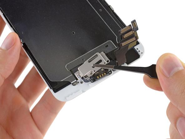 براکت دوربین سلفی و اسپیکر مکالمه آیفون 6 پلاس تعمیری را از درب جلوی گوشی جدا نمایید.