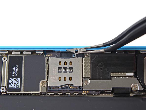 اجکتر سیم کارت آیفون 5C تعمیری را از لبه قاب گوشی جدا کنید.
