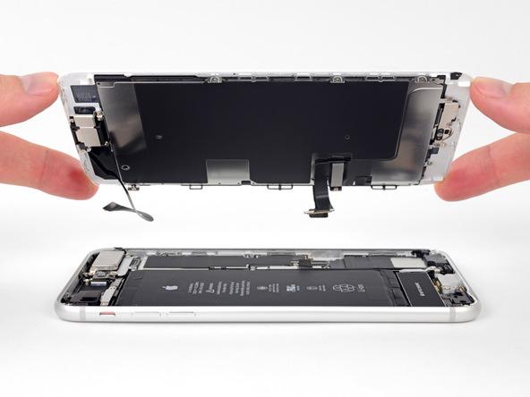 صفحه نمایش آیفون 8 پلاس تعمیری را از درب پشت (بدنه دستگاه) جدا کنید.