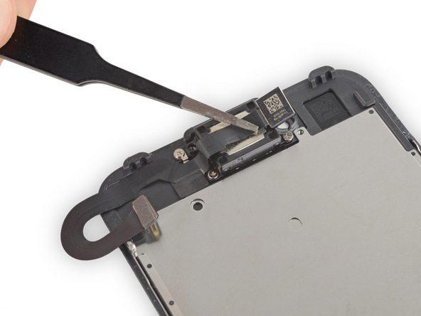 کابل دوربین سلفی آیفون 7 دقیقا از روی اسپیکر مکالمه آن عبور داده میشود. بنابراین لازم است در این مرحله سنسور دوربین سلفی را از جای خود بردارید و کابل آن را مثل عکس های نمایش داده شده از روی اسپیکر بردارید.