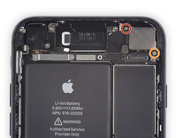پیچ 1.3 میلیمتری که در عکس با رنگ قرمز نمایش داده شده و پیچ 2.5 میلیمتری که در عکس با رنگ نارنجی نمایش داده شده و نگهدارنده براکت لنز دوربین اصلی آیفون 7 هستند را باز کنید.