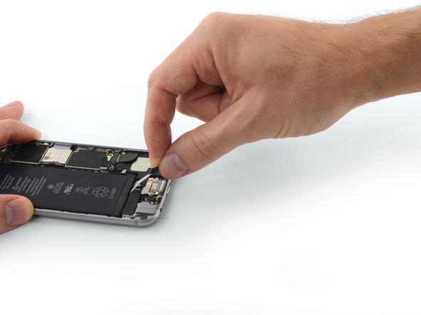 لبه اولین چسب نگهدارنده باتری را با انگشت گرفته و با نیروی یکنواخت و زاویه 60 درجه به سمت عقب بکشید. کشیدن چسب را به شرایط مذکور ادامه دهید تا چند برابر طول اصلی خود کش بیاید و نهایتا از زیر باتری خارج شود.