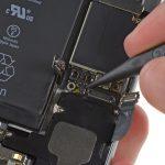 کانکتور سیم آنتن زیرین آیفون 6 تعمیری را باز کنید. این کانکتور در گوشه سمت چپ و بالای اسپیکر گوشی قرار دارد.