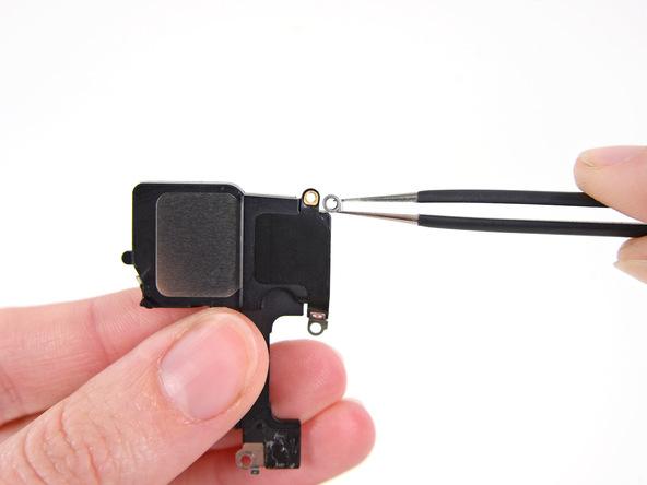 روی مجرای پیچ گوشه سمت راست و بالای اسپیکر آیفون 5 سی تعمیری یک کنتکت دایره ای شکل قرار دارد که باید آن را با پنس از اسپیکر قدیمی جدا کنید و در اسپیکر جدید نصب نمایید.