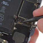 کانکتور سیم آنتن زیرین آیفون 6 تعمیری را از گوشه سمت چپ و بالای اسپیکر گوشی باز کنید.