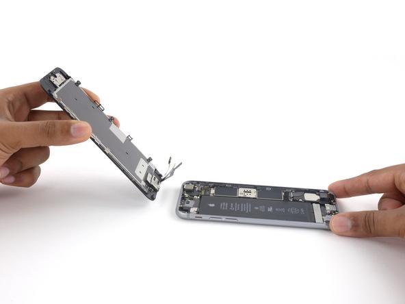 میتوانید پنل پشت و جلوی آیفون 6 اس تعمیری را کاملا از هم جدا کنید. از آنجایی که هدف شما تعویض دوربین سلفی آیفون 6 اس است، بنابراین دیگر با پنل پشت گوشی کاری ندارید و سایر مراحل را روی پنل جلوی آیفون ادامه میدهید.