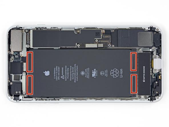 اگر به لبه های عرضی باتری آیفون 8 پلاس اپل نگاه کنید متوجه میشوید که چهار چسب در این بخش های گوشی نصب هستند. در این مرحله وضعیت این چهار چسب را بررسی کنید و همچنین وضعیت باتری گوشی را بررسی نمایید تا خوردگی روی آن موجود نباشد.