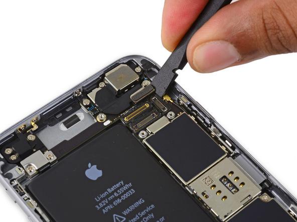 کانکتور دوربین اصلی آیفون 6 اس تعمیری را با اسپاتول و به صورتی که در عکس ها نمایش داده شده از روی برد گوشی جدا کنید.