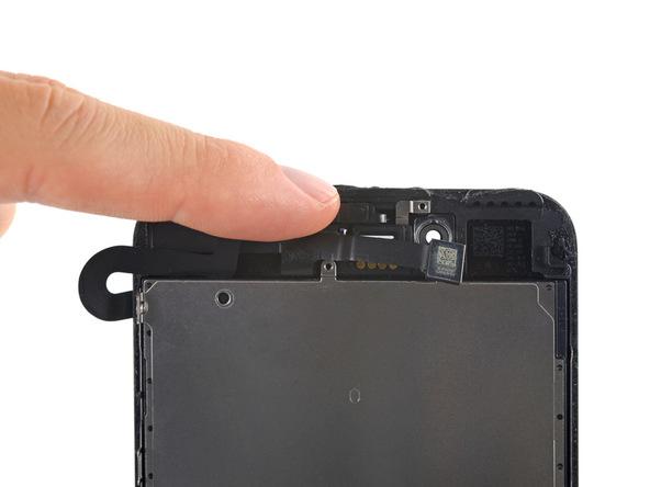 کابل دوربین سلفی آیفون 7 پلاس تعمیری را با انگشت به سمت لبه زیرین خم کنید تا به متعلقات زیر کابل دسترسی یابید.
