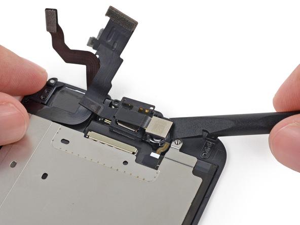 لنز دوربین سلفی آیفون 6 تعمیری را با اسپاتول از جایگاهش بلند کنید.