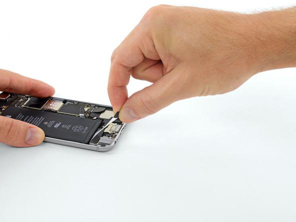 لبه دومین چسب نگهدارنده باتری را هم از روی باتری باز کنید.