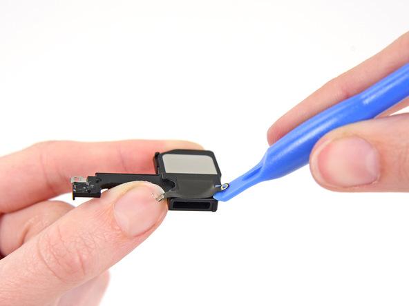 اسپیکر جدید آیفون را بررسی کنید و ببینید که آیا چسب نمایش داده شده در عکس های فوق روی آن نصب است یا خیر! اگر این چسب روی بدنه اسپیکر جدید نصب نبود، باید آن را از اسپیکر قدیمی به جدید منتقل کنید.